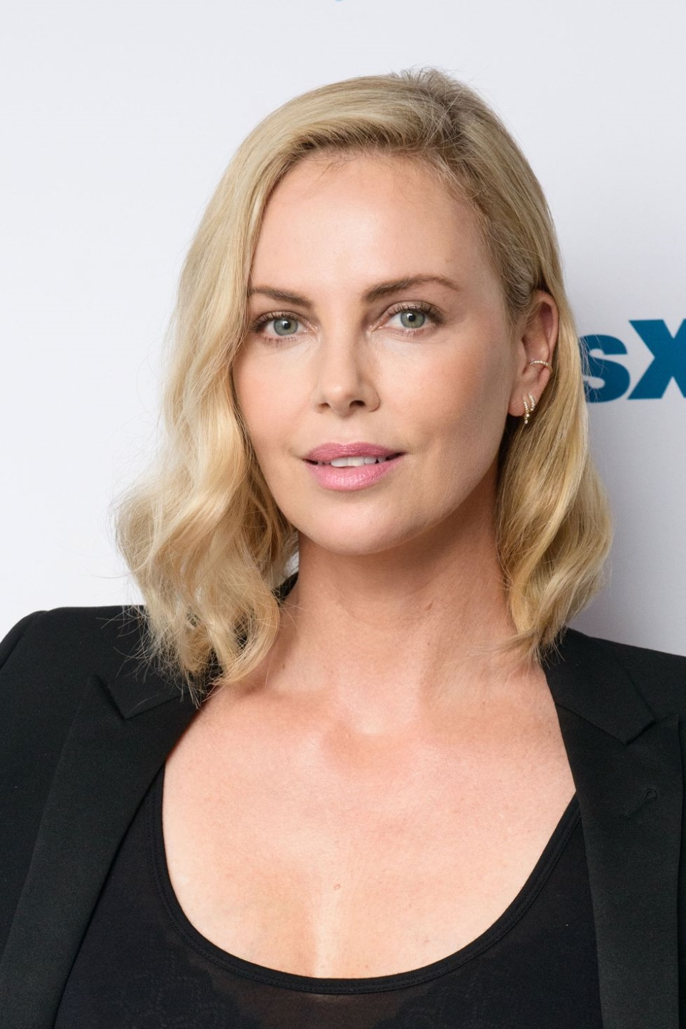 charlize theron mittellange frisuren